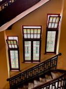 Widok na secesyjną klatkę schodową
