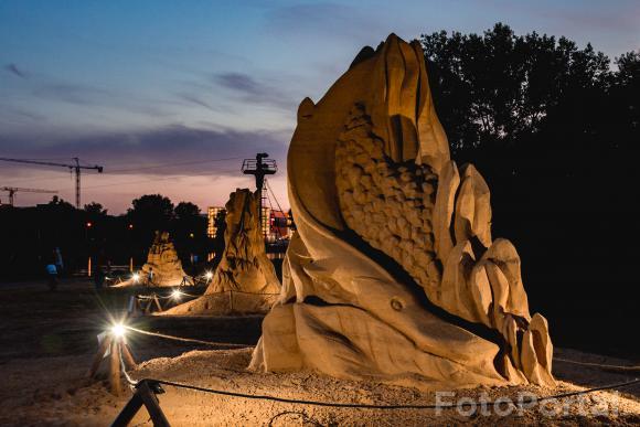 Rzeźby z piasku na Malcie o zmroku