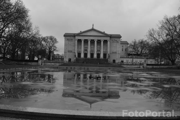 Teatr Wielki w czarno-białym odbiciu kałuży