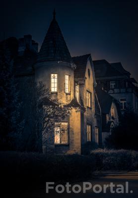 Dom jest tam, gdzie światła w oknie.