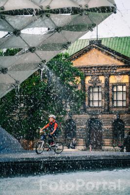 Szczęśliwy mały rowerzysta