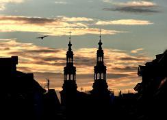 Miasto budzi się ze snu. Plac Bernardyński.