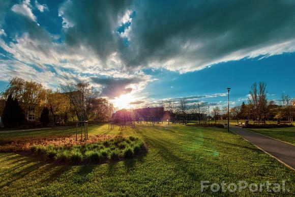 Zachód słońca nad Ratajami - park os. Orła Białego